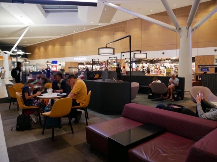 シドニー国際空港のフリースペース。ソファやテーブルがある。